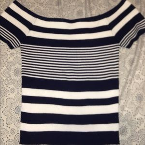 Form-fitting, off the shoulder striped top 💙